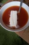 Varm nyponsoppa med glass, nostalgi och alldeles underbart. Särskilt när halsen är ledsen.